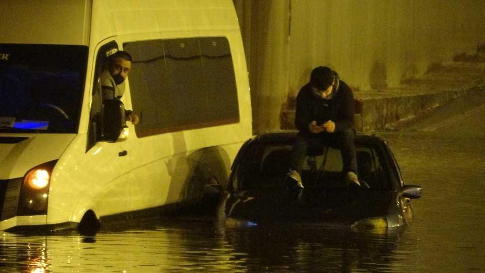 Göle dönen alt geçitte araç içinde mahsur kaldılar