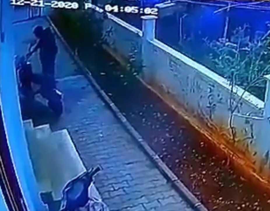 Hırsızın gözüne kestirdiği elektrikli bisikleti çalması güvenlik kamerasında