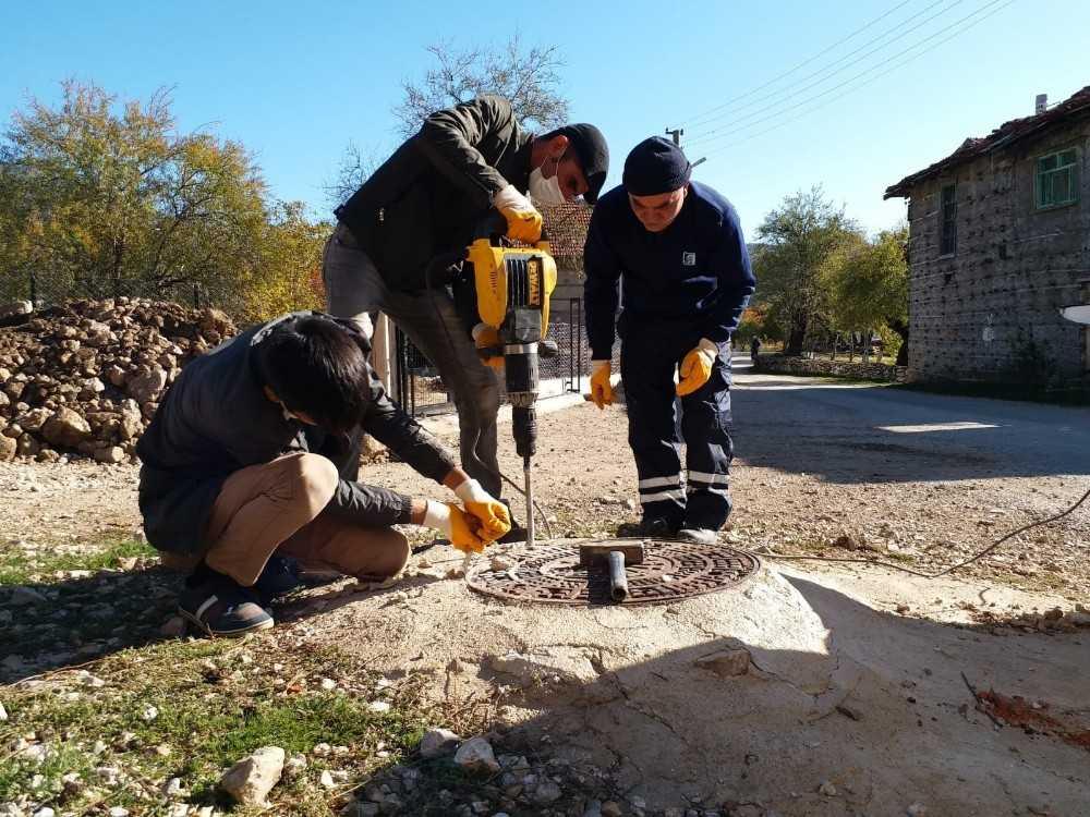 İbradı'da kanalizasyon kapakları yenileniyor