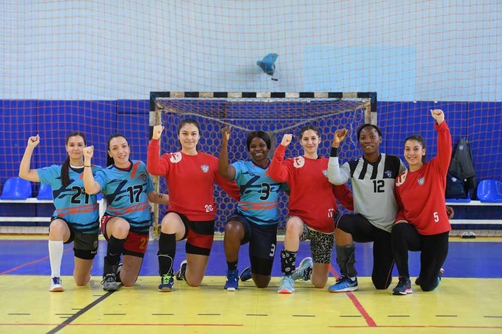 Kadın hentbolcular, ırkçılığa karşı diz çöktü