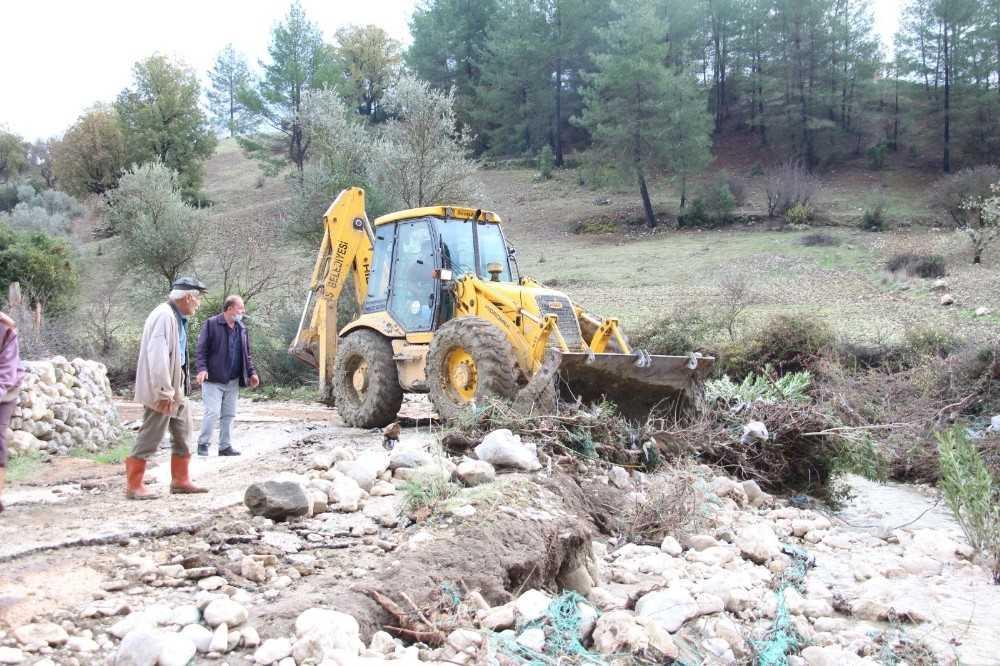 Kaş'ta belediye ekipleri zarar gören bölgede