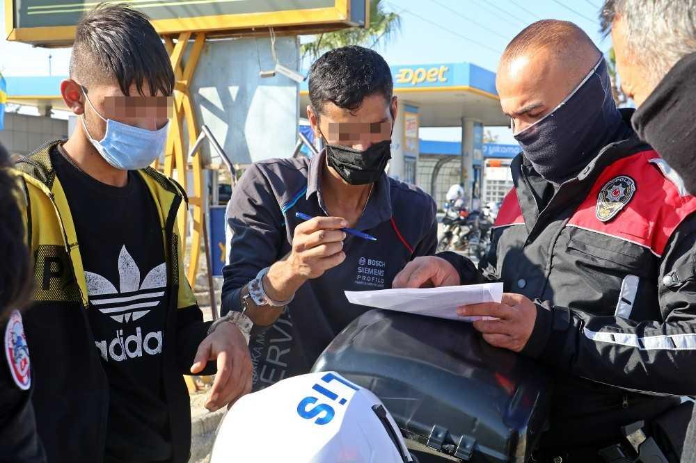 Kısıtlama ihlalinin ceza makbuzunu elleri kelepçeli imzaladılar