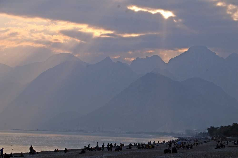 Kısıtlamaya saatler kala dünyaca ünlü sahile akın ettiler