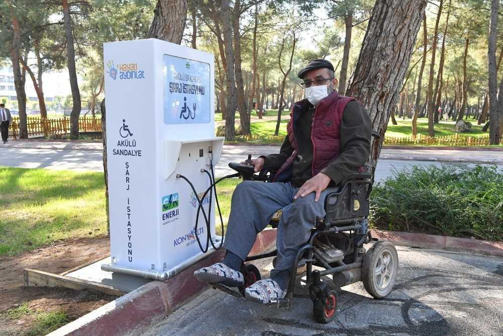 Konyaaltı'nda 'akülü sandalye şarj istasyonu' kuruldu
