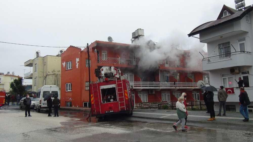 Lojman olarak kullanılan binadaki yangın korkuttu