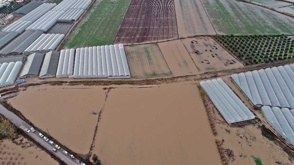 Serik'te bin 335 dekar örtü altı tarım alanı zarar gördü