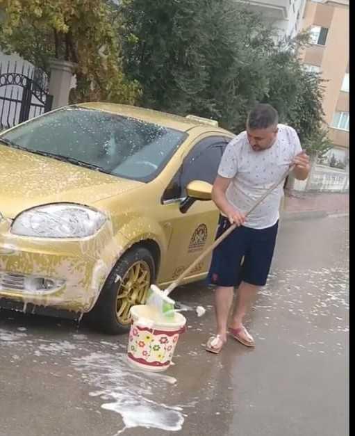 Şiddetli yağmuru fırsata çevirdiler, yağış altında arabalarını yıkadılar