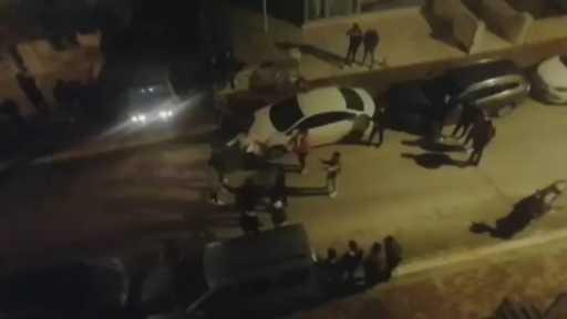 Sokak ortasında asker eğlencesi kamerada