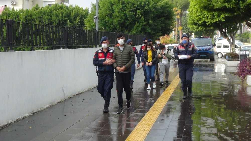 Turistlere uyuşturucu satan 4 şüpheli yakalandı