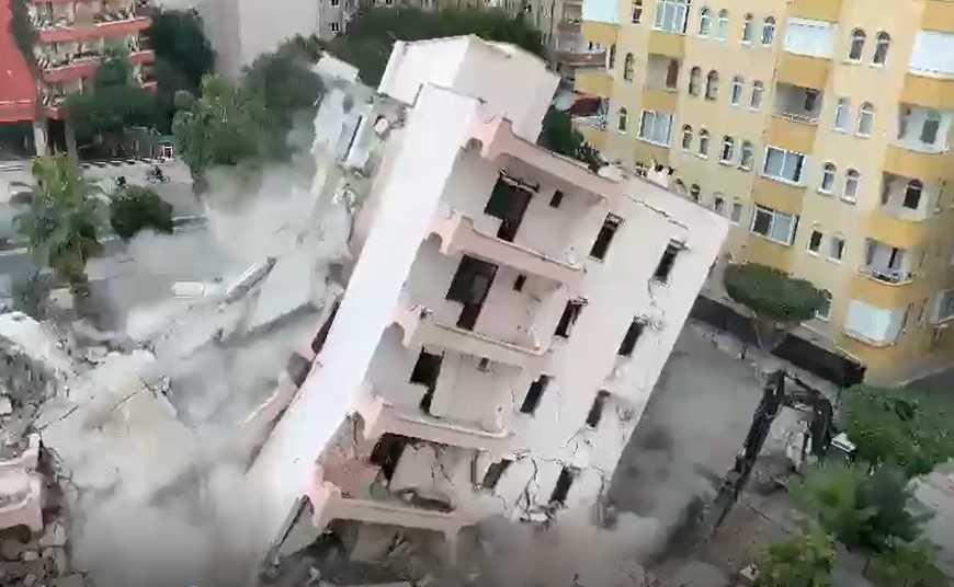 Yürekleri ağza getiren apartmanın yıkımı