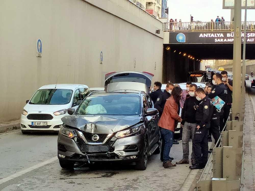 Zincirleme kazada sivil polis aracı yandı