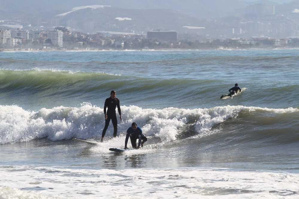 Alanya'da fırtına sonrası dev dalgalar arasında sörf keyfi