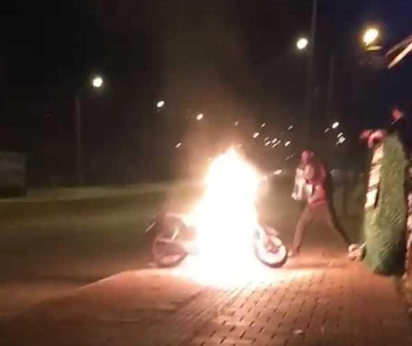 Alev alev yanan motosikletine, damacanadaki suyla müdahale etti