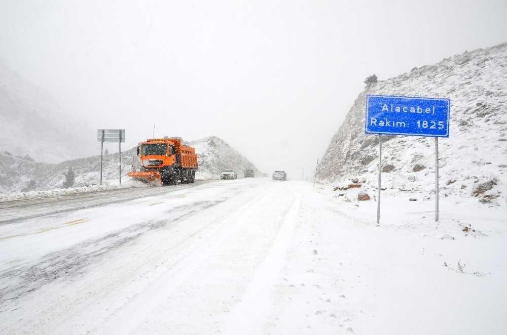 Antalya-Konya karayolunda kar kalınlığı 10 santime ulaştı
