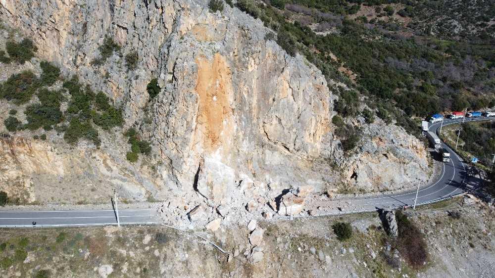 Antalya-Mersin karayolu heyelan nedeniyle trafiğe kapandı