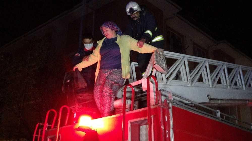 Antalya'da 4 katlı apartmanda yangın paniği