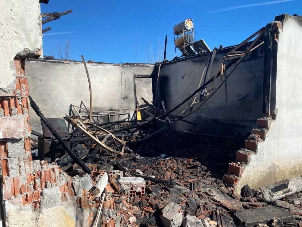Antalya'da kahreden yangında kepçeyle yıkılan duvar detayı