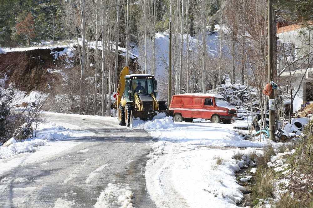 Antalya'da karla mücadele mesaisi devam ediyor