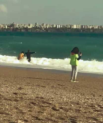 Antalya'da yağmur ve fırtınanın dinmesi ile vatandaşlar kıyafetleri ile denize koştu