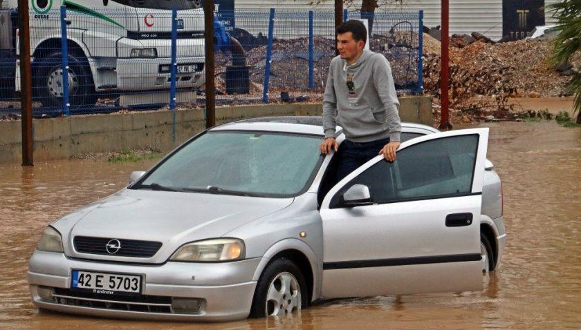 Antalya'da yollar göle döndü, sürücüler mahsur kaldı