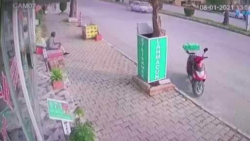 ATV kazasında ölümün teğet geçtiği anlar kamerada…Kaldırımda çay içerken üzerine gelen ATV'yi son anda fark etti