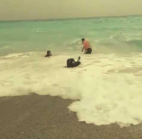 Dalgalı denizde tehlikeli eğlence