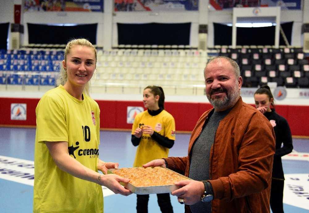 Kadın hentbolculara Avrupa sınavı öncesi baklava dopingi