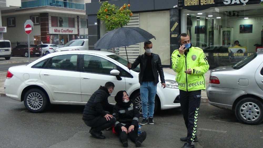 Kayan motosikletten düşüp yaralanan kadına şemsiyeli koruma