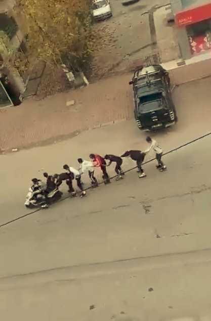 Kaykaycı gençler motosikletin arkasında 8 kişilik kuyruk yapıp tur attı