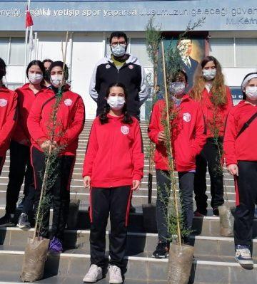 Kepez'in sporcuları da ilçeyi yeşillendiriyor