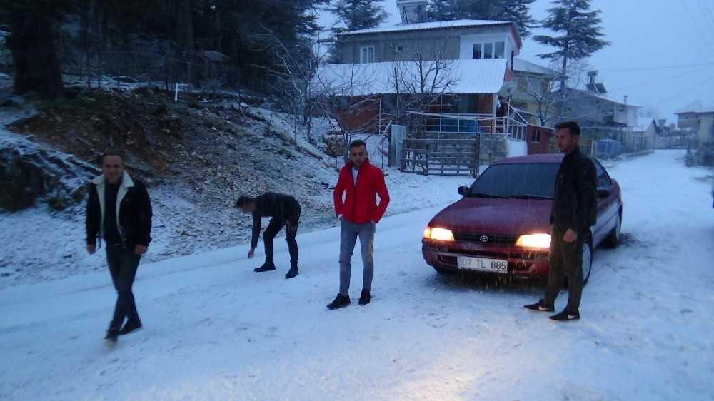 Kumluca'ya yağan kar gençleri heyecanlandırdı