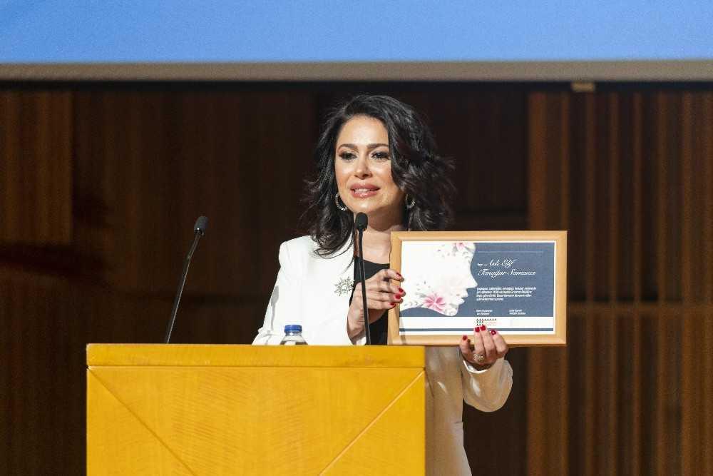Oğlu için ürettiği Propolisle 'İnsanlığa Değer Katan Girişimci' ödülünü aldı