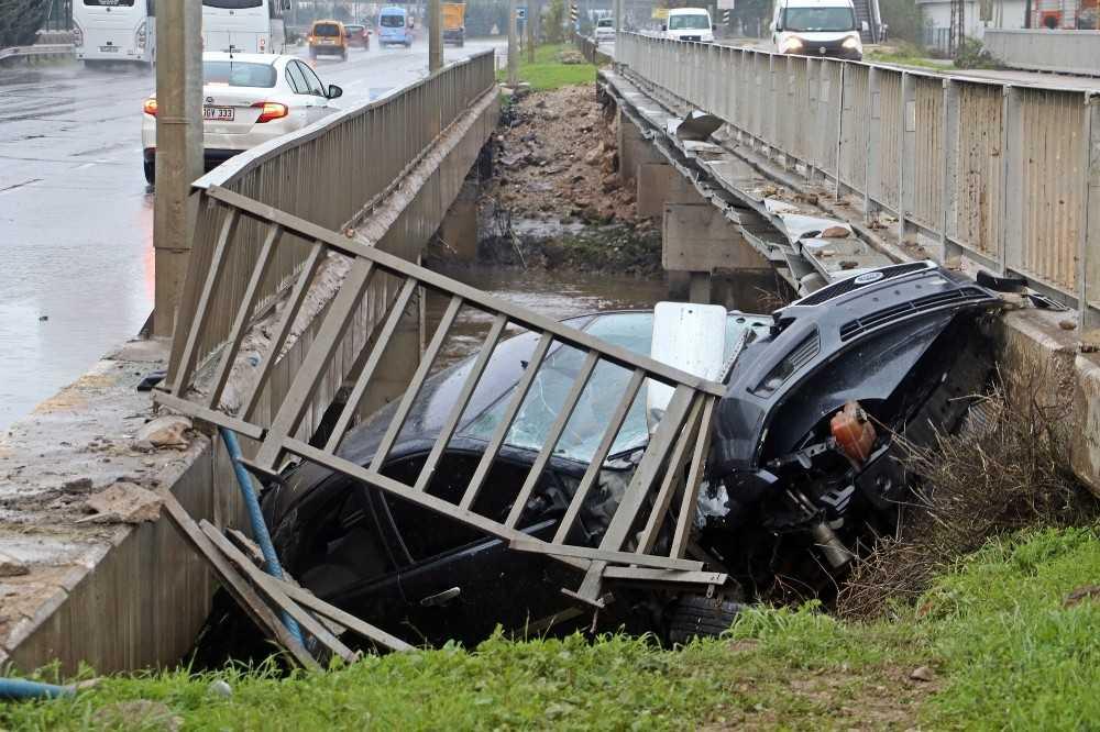 Otomobil iki köprünün arasına uçtu: 2 yaralı