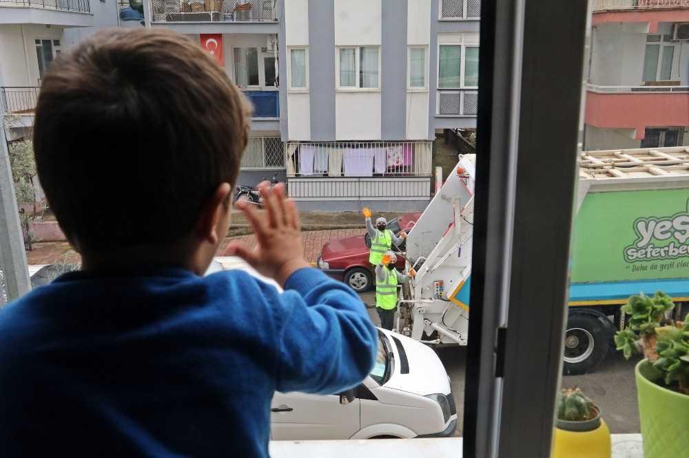 (ÖZEL) 2,5 yaşındaki Yusuf ile çöp kamyonu personelinden yürekleri ısıtan 'selamlaşma' dersi