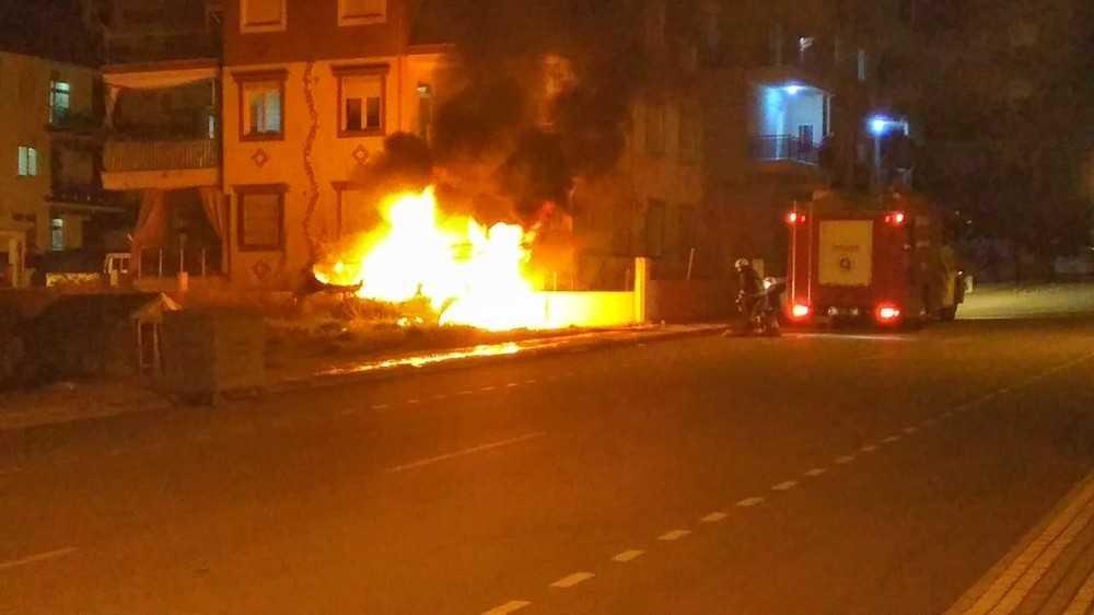 Park ettiği araç yarım saat sonra kundaklandı, alev alev yanan araç kül oldu