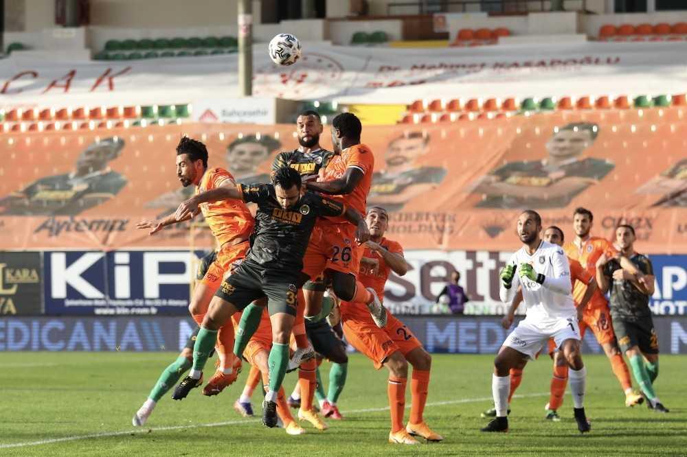 Süper Lig: Aytemiz Alanyaspor: 2 – Medipol Başakşehir: 0 (İlk yarı)