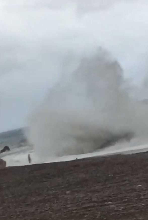 Tam denize girerken 10 metrelik dev dalgayı görünce neye uğradığını şaşırdı