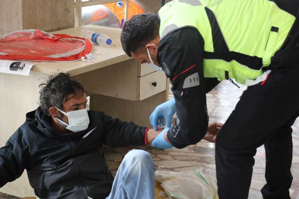 Yeni yıla sokakta uyuyarak giren evsiz vatandaşa polis sahip çıktı