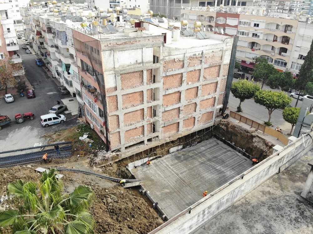 Yıkım sırasında temeli zarar gören 38 yıllık bina boşaltıldı
