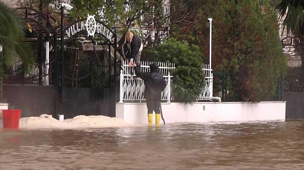 Yollar suyla doldu, evine demir parmaklıklardan atlayarak girdi