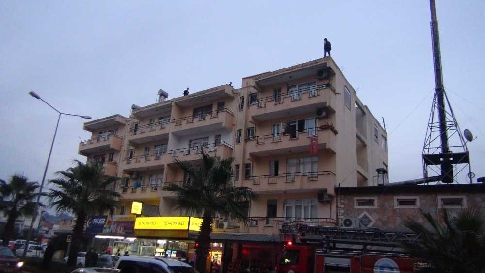 13 çocuk babası çatıya çıktı, aşağıdakiler takla atıp canlı yayın yaptı