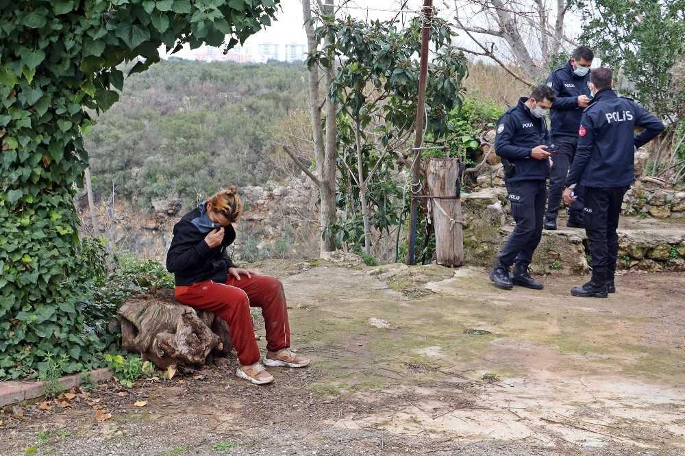 Akıntıya rağmen girdiği Düden Çayı'nda hareketsiz kalan kadın, polisi alarma geçirdi