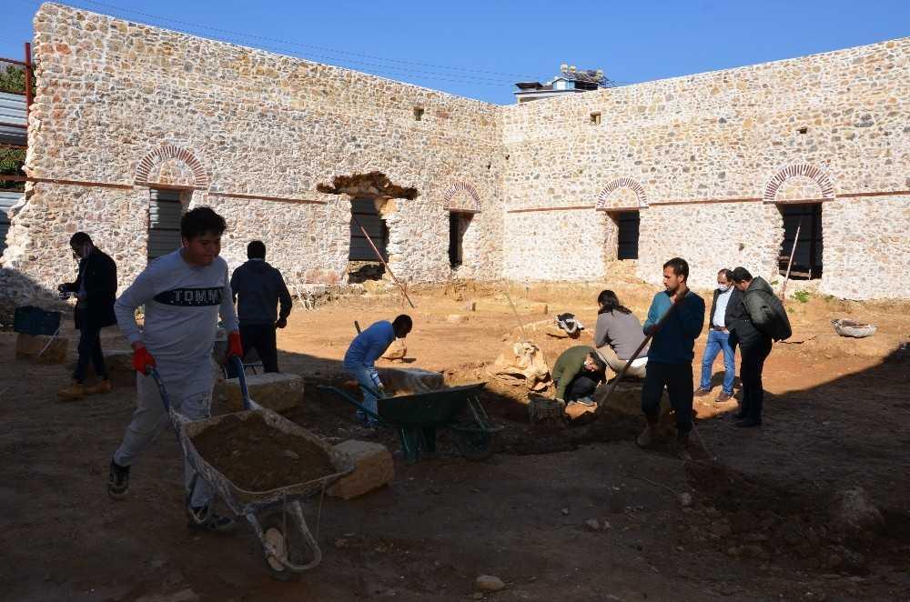 Alanya Gülevşen Camii'nde zemin kazısı devam ediyor