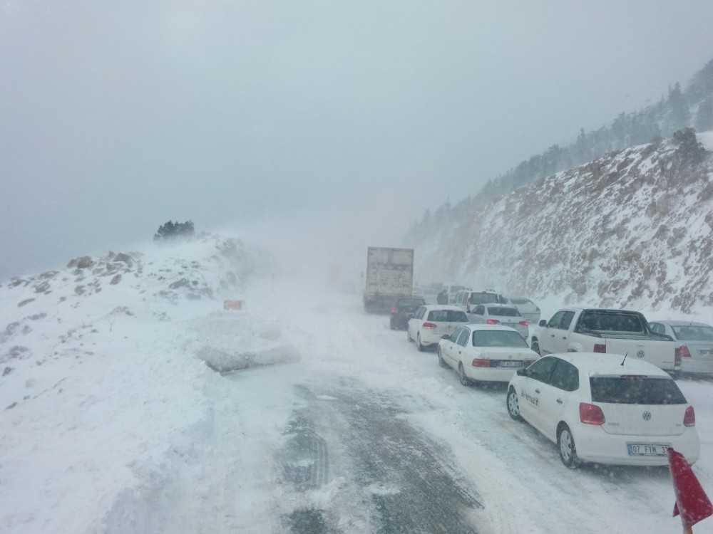 Antalya – Konya karayolunda kar kalınlığı 40 santimetreye ulaştı