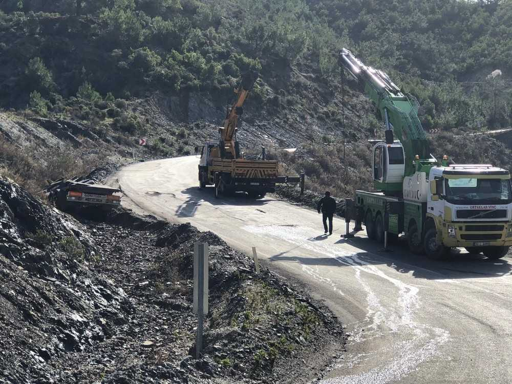 Antalya-Mersin karayolunda devrilen tırın dorsesi yolu trafiğe kapattı