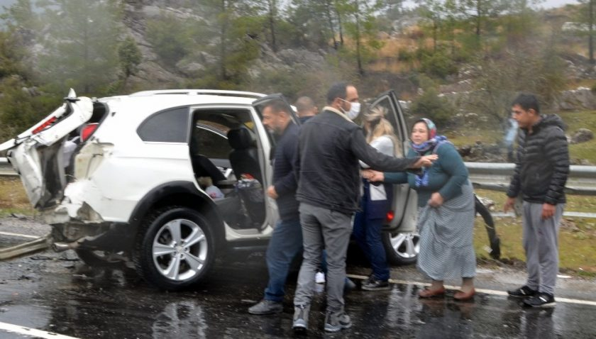 Antalya'da 4 aracın karıştığı kazadan sıcak görüntüler
