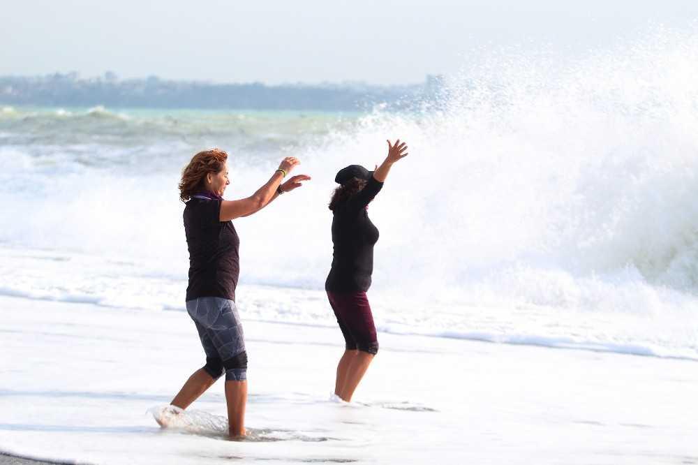 Antalya'da kadın tatilcilerin dev dalgalarla tehlikeli pozları