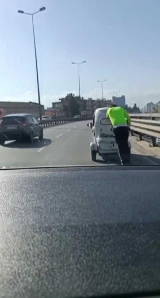 Antalya'da trafik polisinden engelleri aşan hareket