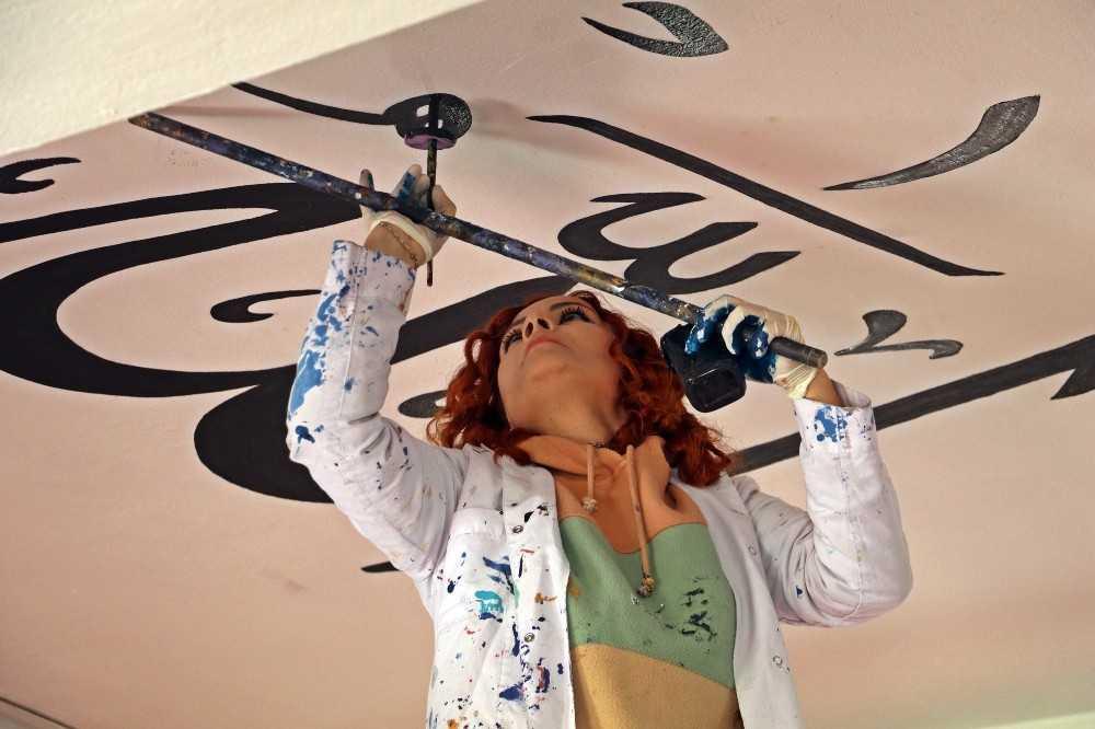 Antalyalı kadın nakkaş camileri iğne oyası gibi işliyor