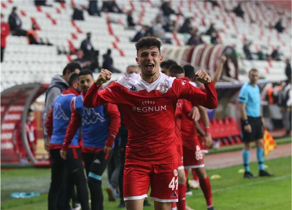 Antalyasporlu Gökdeniz Bayrakdar'tan Beşiktaş'a 2 gol